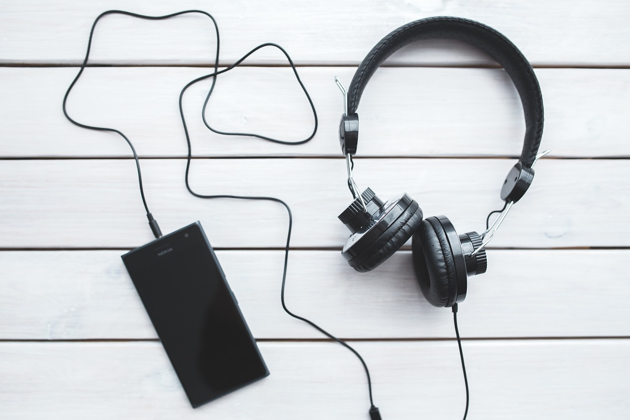 headphones-791078_1280